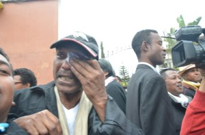 Didier Ramanoelina n'a pas pu retenir ses larmes à la sortie de prison. (Photo : Yvon Ram)