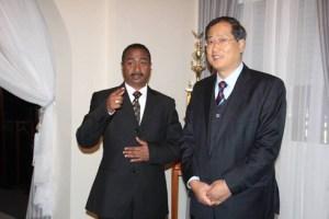 Le ministre de la Jeunesse et des Sports, le Dr Jean Anicet Andriamosarisoa et l'ambassadeur de la Chine, Yang Ming, hier, à Ambohijatovo.