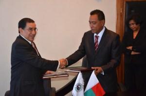 L'accord de prêt a été signé entre le ministre des Finances et du Budget, Jean Razafindravonona et le directeur général de la BADEA, Abdelaziz Khelef. (Photo : Yvon Ram)