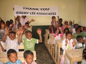 Les enfants, contents de pouvoir travailler dans une vraie salle de classe.