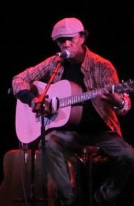Jonny R'afa, compositeur de chansons à texte, musicien, dessinateur et sculpteur.