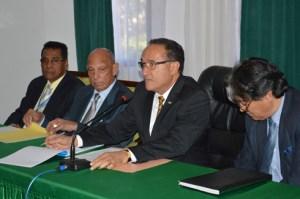 Le Premier ministre Kolo Roger entouré de son staff. (Photo Nary Ravonjy)