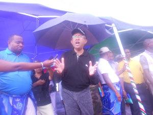Le président Hery Rajaonarimampianina et le ministre Anthelme Ramparany ont pu rencontrer la population de Mampikony hier malgré la pluie.