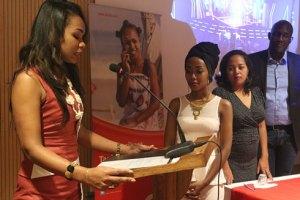 Cielo Nzozika, le Directeur Marketing d'AIrtel (extrême droite), lors de la cérémonie de décoration de Deenyz.