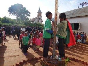 Lors de son passage à l'EPP d'Ambohitsimeloka, commune rurale d'Anosiala, le Ministre Paul Rabary a assisté à la levée des couleurs, aux côtés dans élèves.