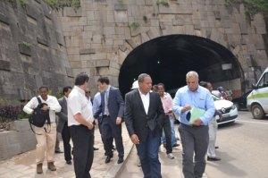 Le ministre Roland Ratsiraka avec les experts, au tunnel d'Ambanidia, hier.