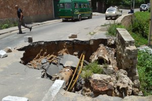 La partie effondrée laisse un petit passage aux véhicules qui circulent. (Photo Nary)