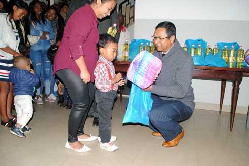 MinAE : Distribution de lampions et de friandises aux enfants du personnel