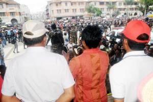 Les forces de l'ordre ont cédé à la pression de la foule samedi sur la Place du 13 mai.