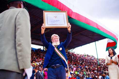 30è anniversaire de l'Akamasoa : Le Père Pedro élevé au grade de Grand-Croix de 2e classe