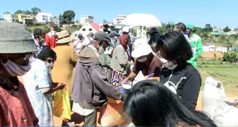 Action RSE de Nova Groupe : Du riz pour la population démunie d'Antanetibe Ambatobe