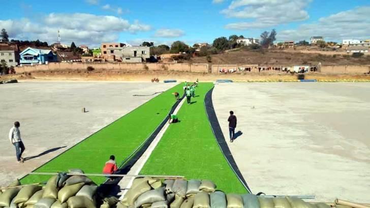 Terrain Ambohidratrimo :Pose du gazon artificiel