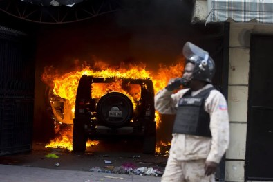 07/02 - Manifestantes queimam um carro durante o protesto para exigir a renúncia do presidente Jovenel Moise / Foto: AP