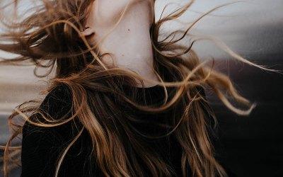Cheveux cassants et fragilisés: les conseils de la naturopathie