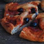 Pizza al pomodoro con timo e olive nere