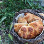 Treccine di panbrioche alle patate con parmigiano e rosmarino
