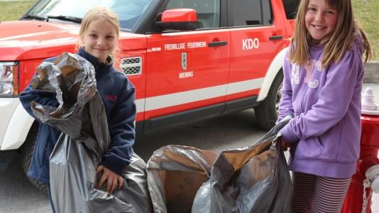 Über vierhundert fleißige Hände haben Mieming vom Müll befreit. - Foto: Knut Kuckel
