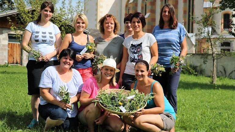 Kräuterbuschen binden mit den Mieminger Bäuerinnen, Foto: Knut Kuckel