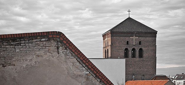 Ein Kirchenturm © H. Füller @ flickr.com (CC 2.0), bearb. MiG