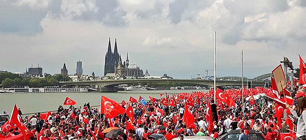 30.000 Türkeistämmige demonstrieren gegen den Putschversuch in der Türkei © TwitterPictures