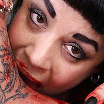 julia caples beve sangue umano