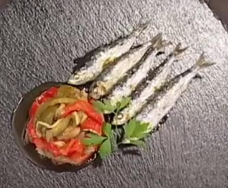 Espeto de sardinas casero con escalivada - Como cocinar sardinas ...