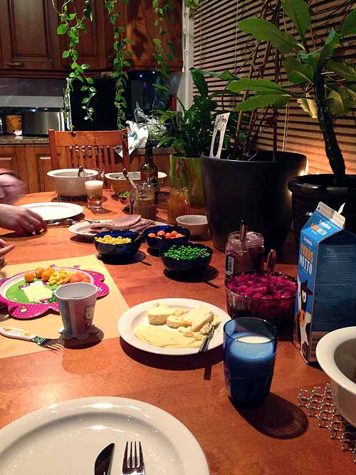 Jouluaterioinnin aloittelua. Me ei oltu mitenkään juhlallisia, ei ollu kynttilöitä eikä joulumusaa eikä mitään ihmeellistä. Mutta ruokaa oli paljon!