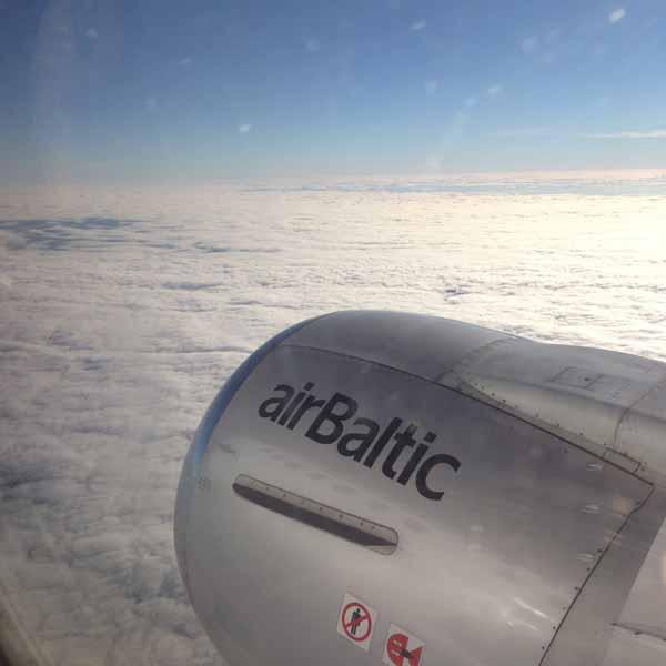AirBalticin siivillä kohti määränpäätä.