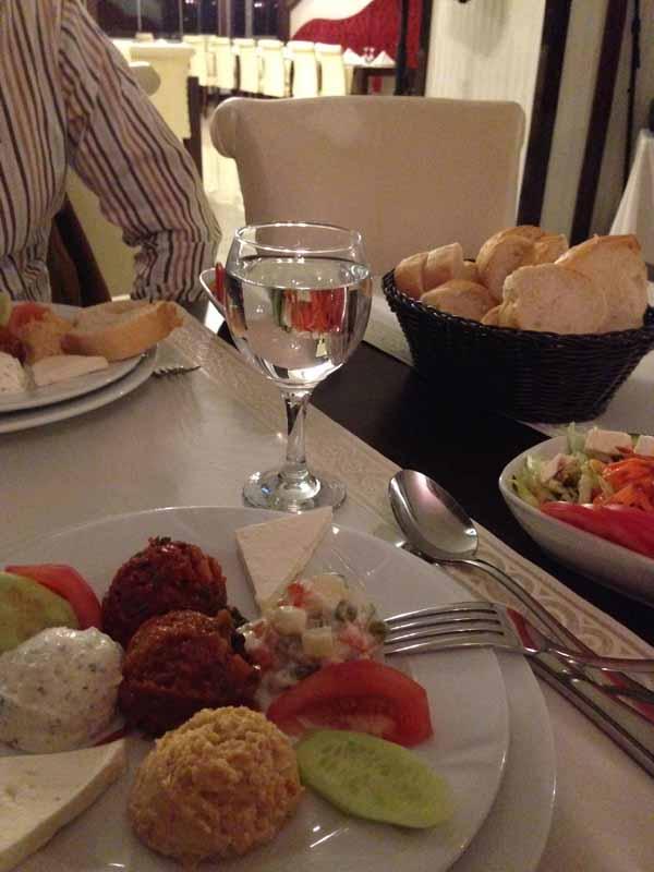 Alkupalaherkkuja (ööö, ei herkkuja ehkä mun mielestä) hotellin omassa ravintolassa. Alkuruoka, pääruoka, jälkkäri ja viini maksoi muistaakseni 12 euroa tarjouksessa ja toinen syöjä sai muistaakseni 9 eurolla samaisen setin.