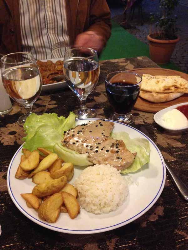 Tyypillistä ruokaa, mikä salaattielämys pihvin kera! :D