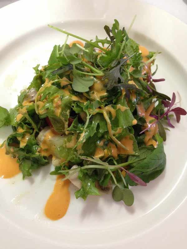 Kivikylän savukalkkunasalaattia ja tomaatti-chilidressing (tarkoittikan tuo jälkimmäinen salaatinkastiketta?!) :)