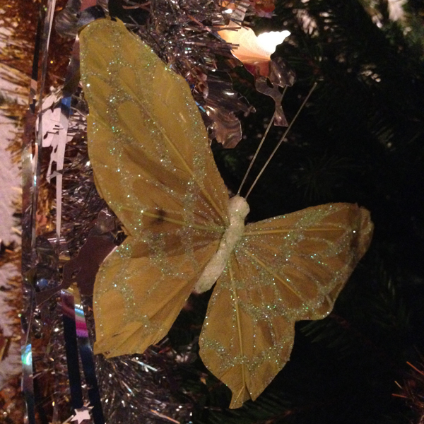 Meillä on puussa myös perhosia ja lintuja koristeina, niitä Tiimari-löytöjäni :)