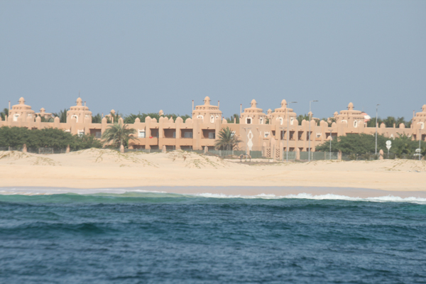 Mereltä päin isoa hotellikompleksia.