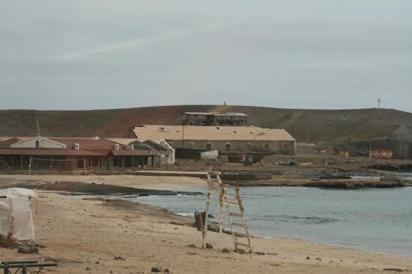 Tää on ainakin ollut jonkinmoinen uimaranta, kun tollanen rantavahdin tuolin raatokin siellä oli.