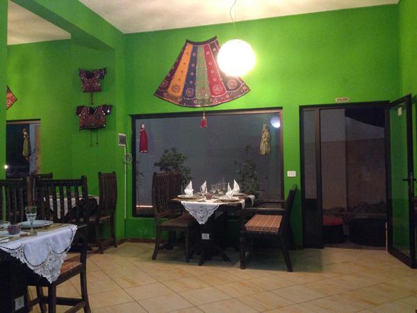 Ihana vihreäseinäinen intialainen ravintola. Tämä paikka löydettiin vasta tänä iltana, se aukesi vasta kuudelta illalla ja se oli siksi näyttänyt niin kuolleelta kun siitä aiemmin oltiin ohi menty.