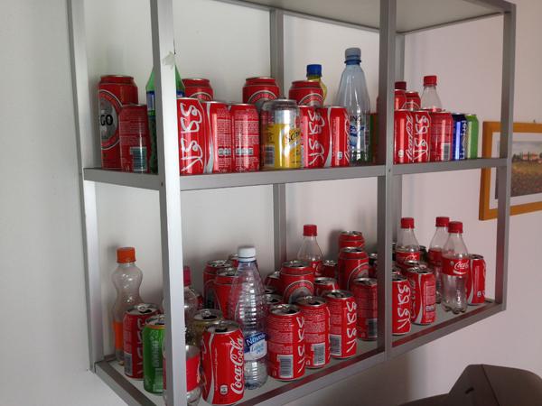 Viikon aikana juodut tölkit ja pullot kerättiin telkkarin päällä olleelle hyllylle. :D
