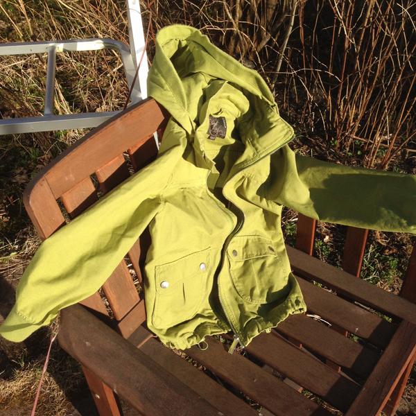 Tässä vielä takki, jonka löysin Lumi-Kukalle kirppikseltä. Ihanan vihreä! Vähän vielä isokin, niin menee päälle enskeväänäkin.
