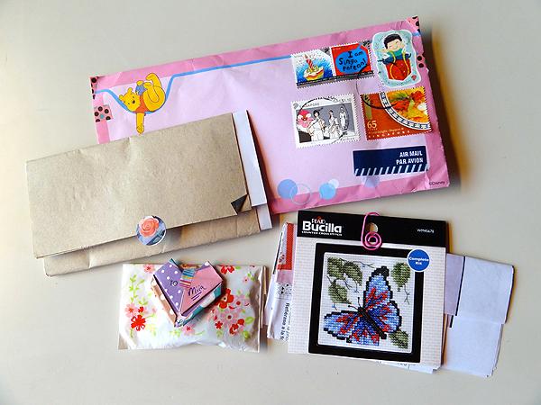 Viikon ainoa kirje tuli Angelalta. Siinä oli mukana kivoja juttuja! Origamisydän, metallikoristeita ja pari ristipistomallia.