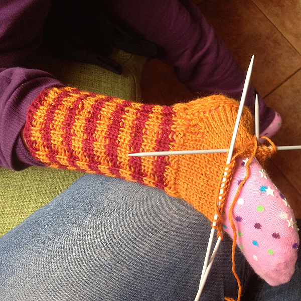 Teen lapselle sukkaa, niin tulee nopeammin valmista. :D