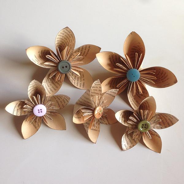 Tein mummoaskartelussa viime viikolla lisää näitä kukkia Tarzan-kirjan sivuista.