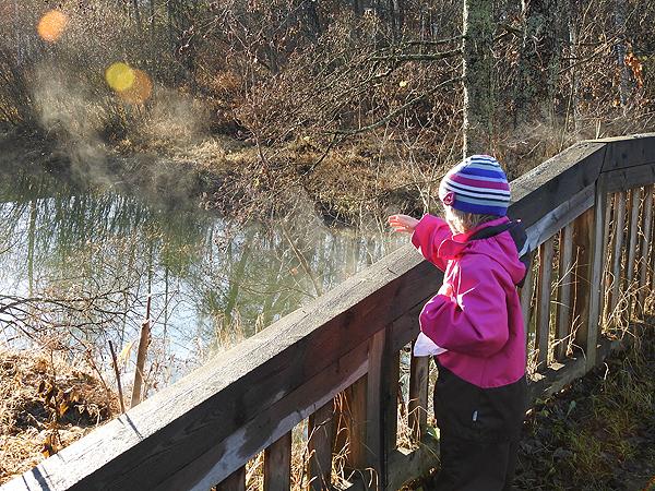 Sillankaide höyrysi hienosti auringonpaisteessa ja lapsi koitti vissiin ottaa höyryä käteensä. :)