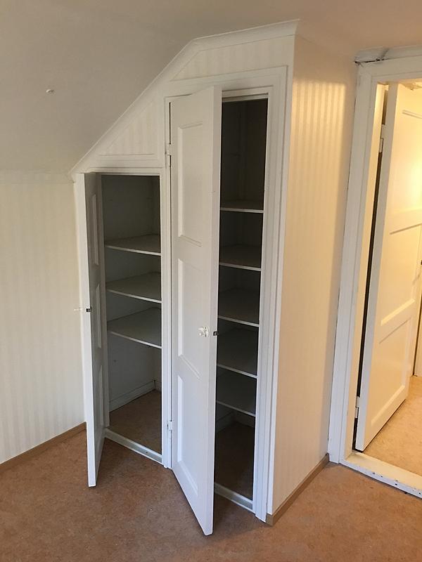 Ja kaksi kaappia oven vasemmalla puolella.