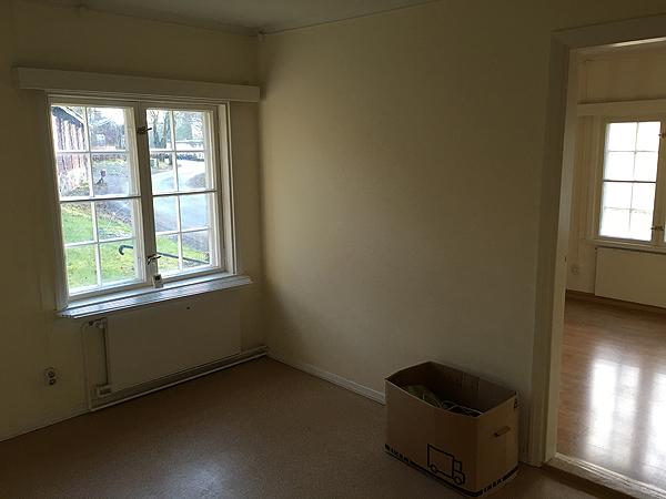 Tuossa pahvilaatikon kohdalla seisoo nyt vihreä jääkaappi. Ruokapöytä tulee ikkunan viereen sillee että kaksi istujaa katsoo ikkunasta suoraan ulos ja yksi istuja istuu pöydän päässä.