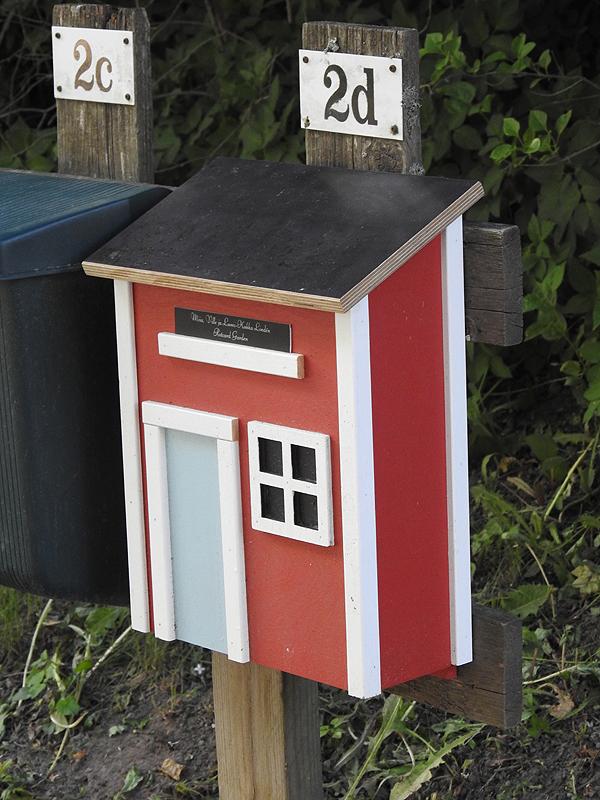Punaiselle tuvalle sopii punainen tupa -postilaatikko!