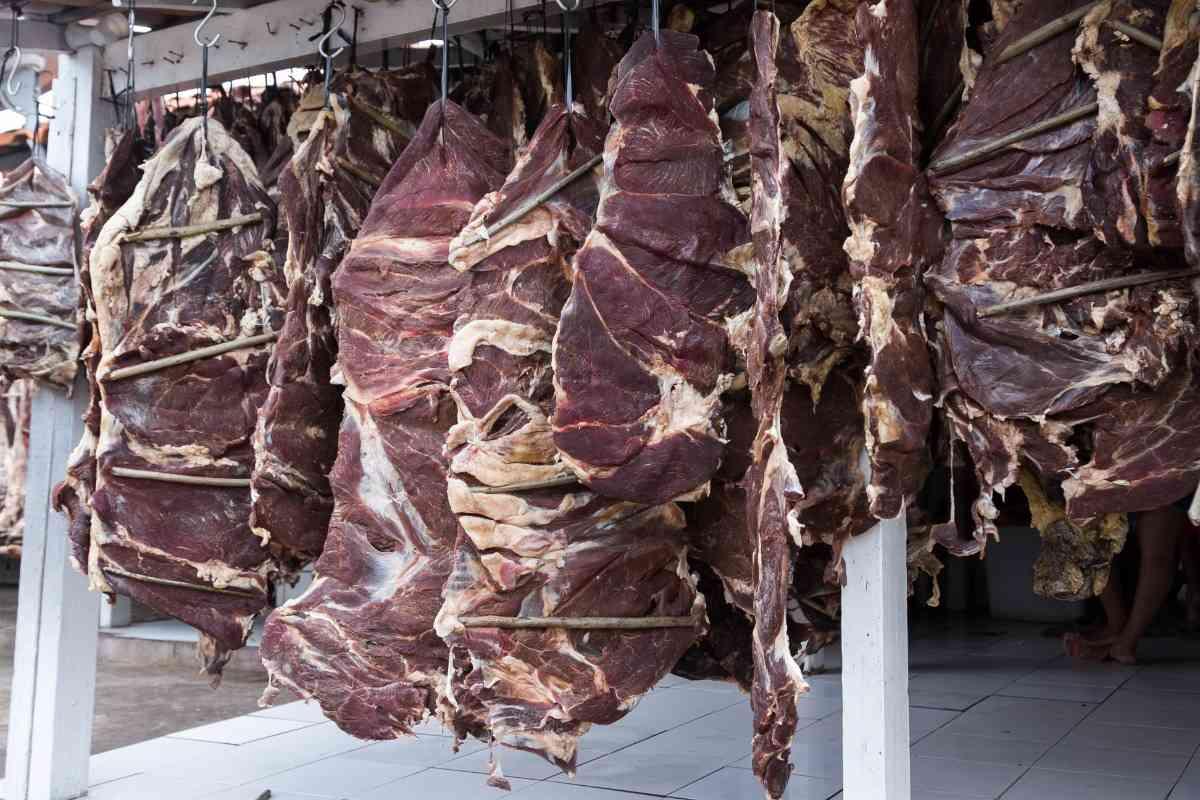 Grote stukken vlees drogen in de zon
