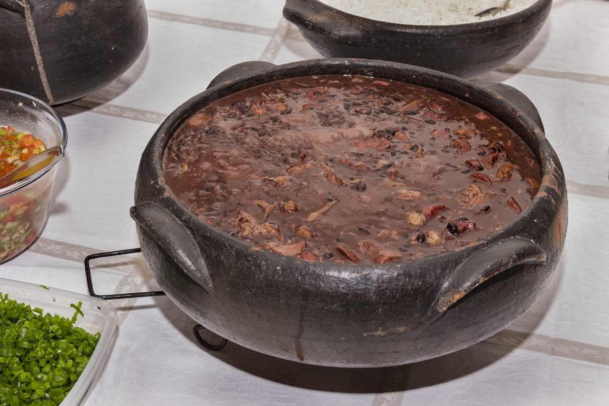 Braziliaanse Feijoada bereidt in een grote ronde zwarte pan