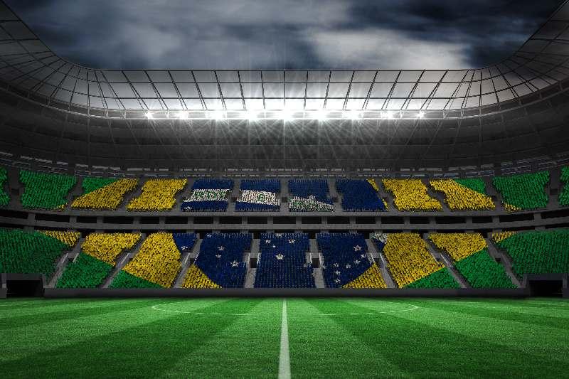 Voetbal in Brazilië-Voetbalstadion in Brazilië met de Braziliaanse vlag op de stoelen