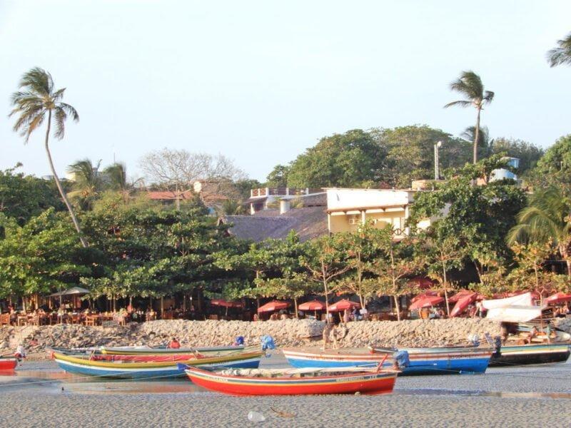 Jericoacoara strand met vissersboten in verschillende kleuren