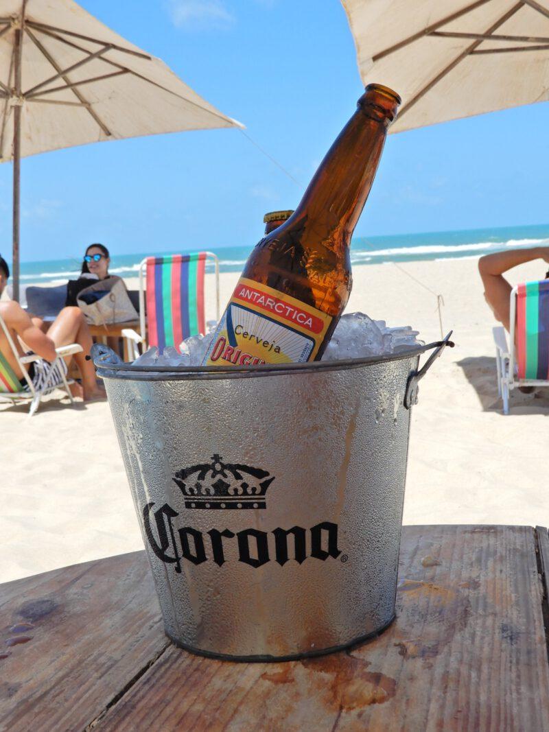 Emmer met ijs en bier aan het strand van Praia do Futuro Órbita Blue