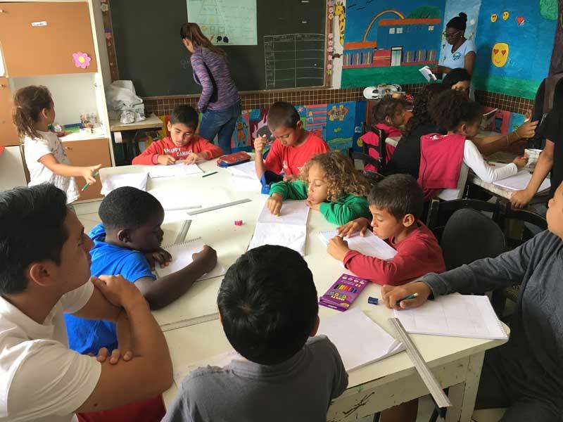 Mijnbrazilie-Brazilië-Vrijwilligerswerk-in-Brazilië-Puck-Colen-Les-geven-aan-de-kinderen